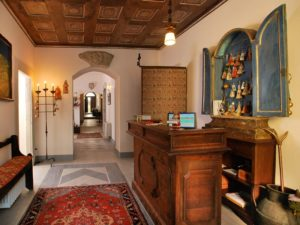 The reception of the Hotel Le Torri with the corridor in front of you